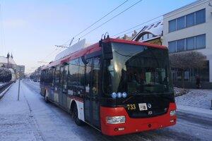 Štvordverový krátky trolejbus.