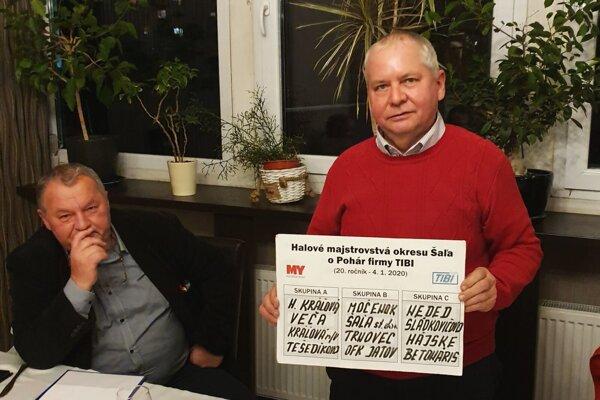 Zľava Ladislav Kokeš st. a Tibor Rábek so zložením skupín na 20. ročníku Pohára TIBI.