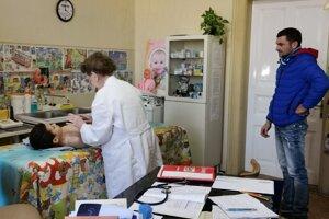 Pediatrička svojich malých pacientov vždy dôkladne vyšetrí.
