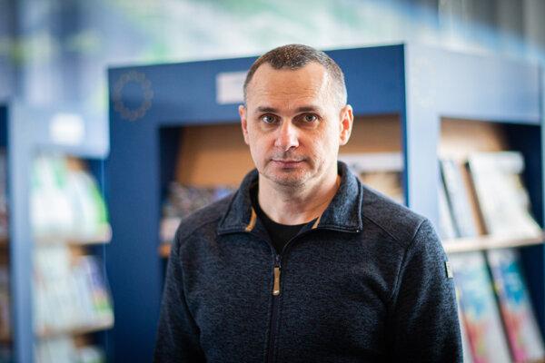 Oleg Sencov (43) je ukrajinský režisér. Od roku 2014 do septembra 2019 bol v ruskom väzení, odsúdili ho za terorizmus. Odborníci považujú jeho proces za vykonštruovaný.