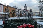 Adventný veniec v Kežmarku. Prvá sviečka na ňom už svieti.