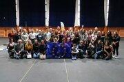 Spoločná fotografia účastníkov programu Erasmus+ a členov Dukly Banská Bystrica.