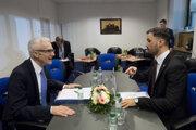 Na snímke vľavo generálny tajomník INTERPOL Jürgen Stock a vpravo štátny tajomník a osobitný predstaviteľ ministra zahraničných vecí a európskych záležitostí pre predsedníctvo SR v OBSE Lukáš Parízek.