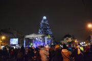 Medzi výzdobou na Hlavnej dominuje 22 metrov vysoký vianočný strom.