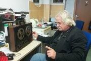 Pracovník Prešovskej univerzity v Prešove Ľuboslav Krajňák pri počúvaní archívnych zvukových nahrávok z novembra 1989.