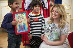Prezidentka Zuzana Čaputová (vpravo) s deťmi, ktoré jej darovali kresby.