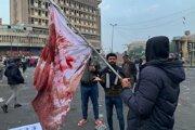 Demonštrant so zakrvavenou vlajkou po útoku neznámych ozbrojencov.