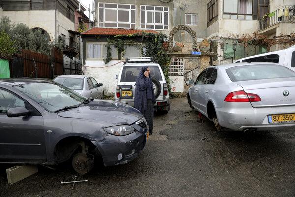 """Autá mali prerezané pneumatiky a boli na nich nápisy ako """"Arabi=nepriatelia""""."""