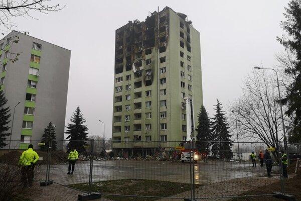 Z bytovky odstránia špeciálnou technikou zatiaľ štyri až päť poschodí.