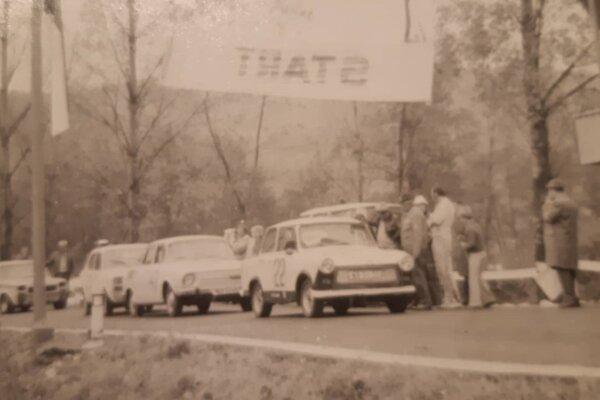 Sedemdesiate roky. Vozidlá sa pripravujú na štart pretekov do vrchu na Ostrej Lúke.