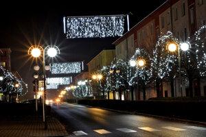 Výzdoba na ulici SNP vo  Veľkom Krtíši.