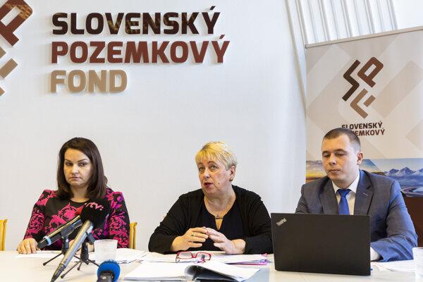 Generálna riaditeľka Slovenského pozemkového fondu Adriana Šklíbová, právni zástupcovia SPF Irena Sopková a Miroslav Sopko.