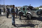 Afganskí policajti zasahujú na mieste samovražedného bombového útoku v  provincii Parván na severe Afganistanu.