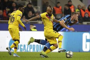 Milan Škriniar (vpravo) faulovaný Arturom Vidalom z Barcelony v zápase Inter Miláno - FC Barcelona.