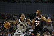 DeMar DeRozan (vľavo) a Mikal Bridges v zápase základnej čast NBA 2019/2020 Phoenix Suns - San Antonio Spurs.