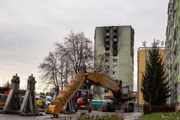 Skladanie demolačného stroja končilo v nedeľu. V pondelok by sa malo začať búrať.