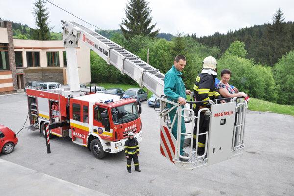 Vysokozdvižná plošina sa dokáže vysunúť až do výšky 30 metrov.