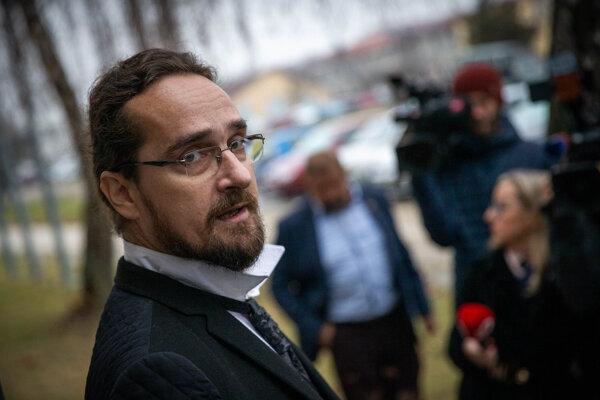 Tibor Eliot Rostas po príchode na súd.