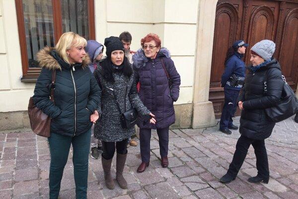 Obyvatelia z Mukačevskej 5 pred radnicou.