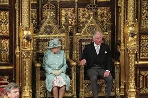Kráľovná Alžbeta II. a princ Charles sledujú ustanovujúcu schôdzu britského parlamentu.