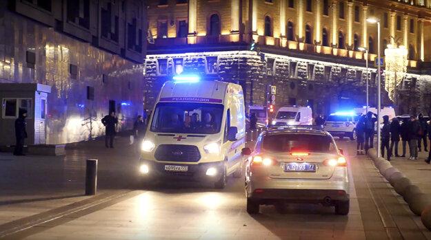 Ambulancia opúšťa areál, kde sídli ruská tajná služba.
