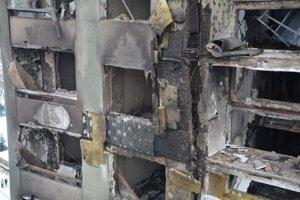 Pohľad na zhorenú bytovku.