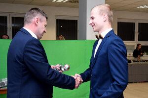 Víťaz ankety Adrián Frič (vpravo) si preberá ocenenie.
