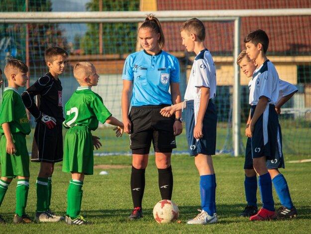 Martina Ukropová (v strede, v modrom)