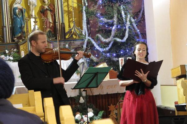 Umelci predviedli desať vianočných piesní.