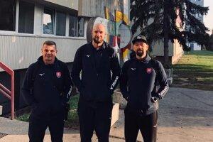 Hádzanári Košice Crows v reprezentácii. Zľava asistent trénera R. Antl, P. Hruščák a T. Urban.