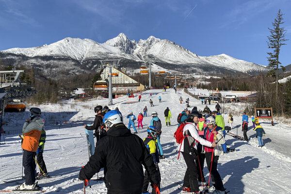 Osláviť prvý deň nového roka 2020 na lyžiach sa rozhodlo množstvo ľudí.