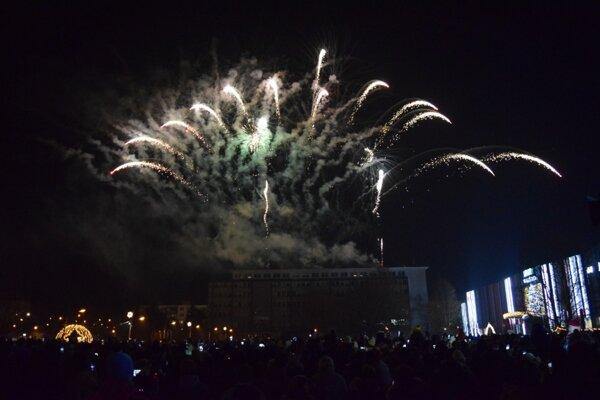 Zaplnené námestie v Lučenci privítalo rok 2020 veľkolepým hudobným ohňostrojom.