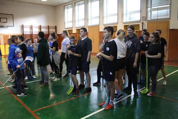 Žiaci ZŠ Zákopčie na florbalovom turnaji.