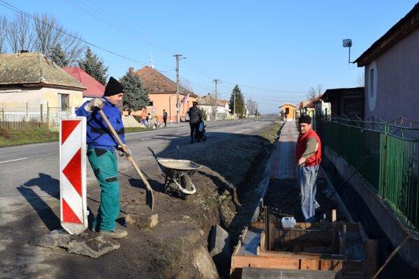Pracovníci sociálneho podniku sa podielali aj na výstavbe chodníka v obci.