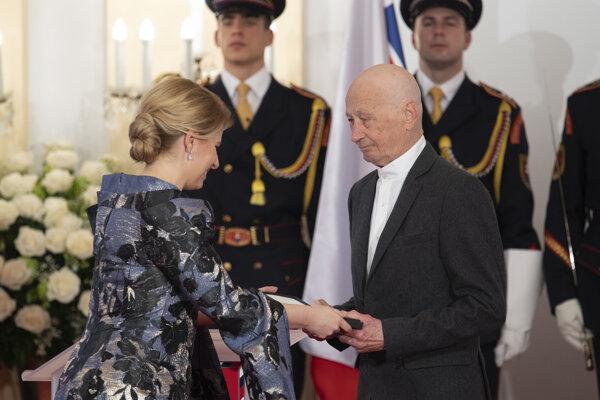 Prezidentka SR Zuzana Čaputová, vpravo Igor Luther  si preberá vyznamenanie Pribinov kríž I. triedy počas slávnostného ceremoniálu udeľovania štátnych vyznamenaní osobnostiam z rôznych oblastí spoločenského života v historickej budove Národnej rady.