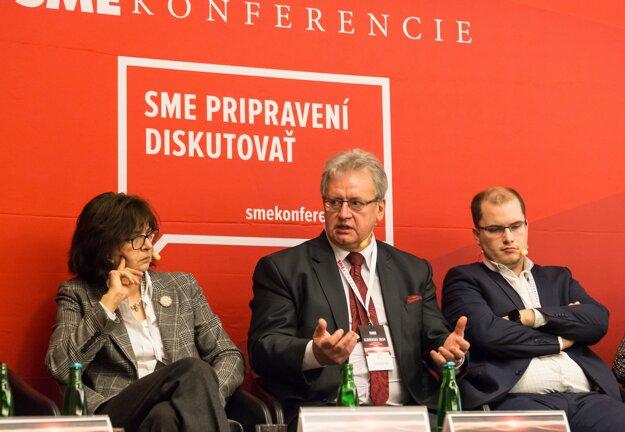 Bývalá ministerka spravodlivosti Lucia Žitňanská, profesor ústavného práva Ladislav Orosz (v strede) a novinár Adam Valček.