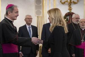 Prezidentka Čaputová a vľavo bratislavský arcibiskup metropolita Mons. Stanislav Zvolenský.