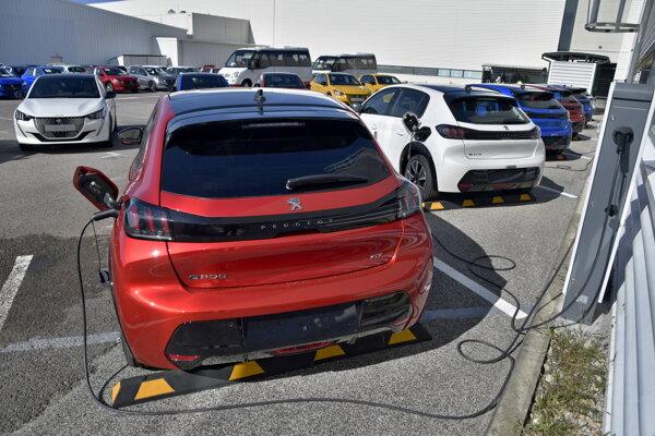 Nový model automobilu Peugeot 208 s elektrickým pohonom.