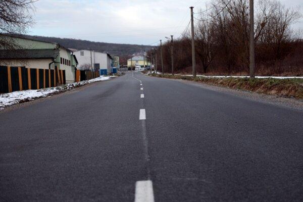 Nový asfaltový koberec na príjazdovej ceste do mestskej časti Poľov.