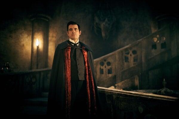 Claes Bang ako Dracula v novom seriáli Netflixu.