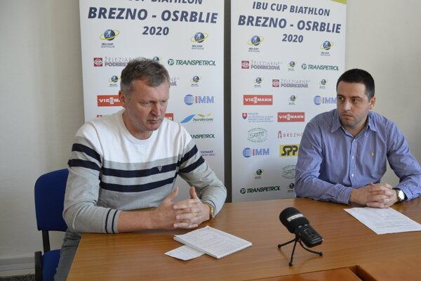 Vpravo prezident Slovenského zväzu biatlonu Peter Vozár, vľavo predseda organizačného výboru Ivor Lehoťan