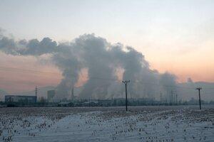 Smog v Ružomberku spôsobuje niekoľko činiteľov - priemysel, vykurovanie domácností pevným palivom, doprava, počasie a poloha mesta.