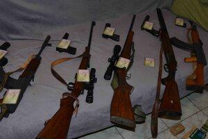 Polícia strelcovi zaistila desať zbraní.