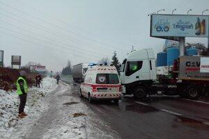 Štrajkujúci umožňujú bezproblémový prajzd záchranných vozidiel.