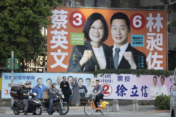 Taiwanská prezidentka Cchaj Jing-wen na plagáte zľava.