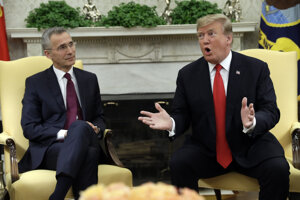 Americký prezident Donald Trump (vpravo) s generálnym tajomníkom NATO Jensom Stoltenbergom pri stretnutí v  Bielom dome 2. apríla 2019.
