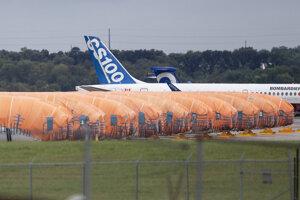 Na archívnej snímke z 3. októbra 2019 sú zakryté trupy lietadiel Boeing 737 MAX od spoločnosti Spirit Aerosystems v americkom meste Wichita.