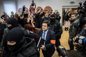 Obžalovaného Mariana Kočnera predvádzajú pred súd.
