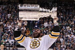 Najpamätnejší moment Zdena Cháru v bostonskej ére. Na konci sezóny 2010/11 zdvihol nad hlavu Stanleyho pohár.