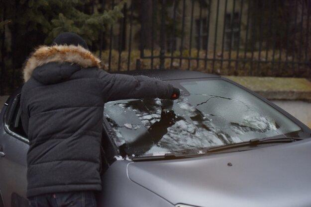 Neriskujte zlý výhľad z auta a očistite od ľadu všetky sklá aj zrkadlá.